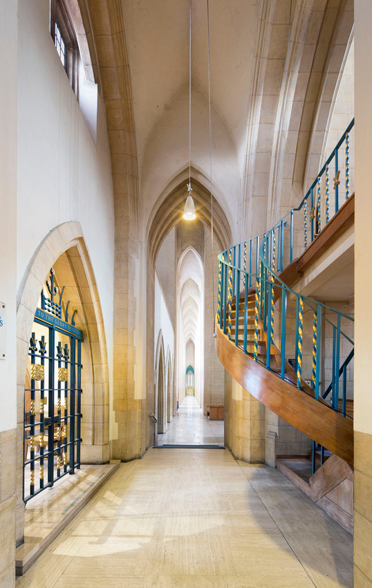 Guildford cathedral interior nave perrspective