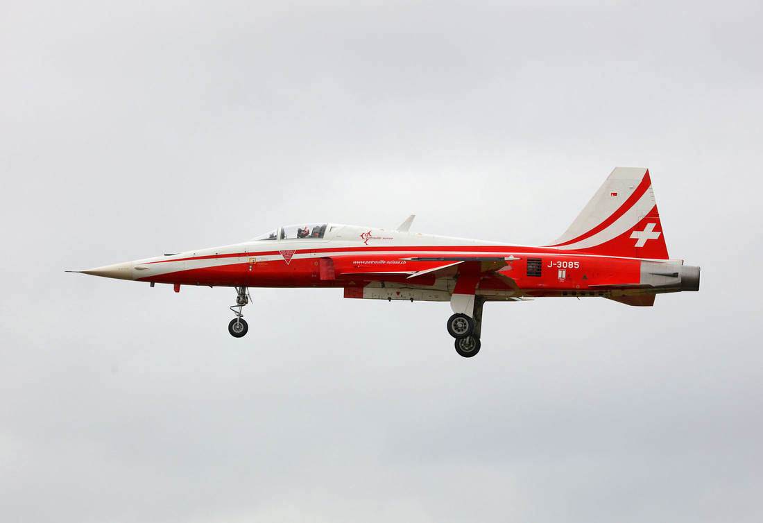USAF Thunderbirds F-16 aerobatics formation flying