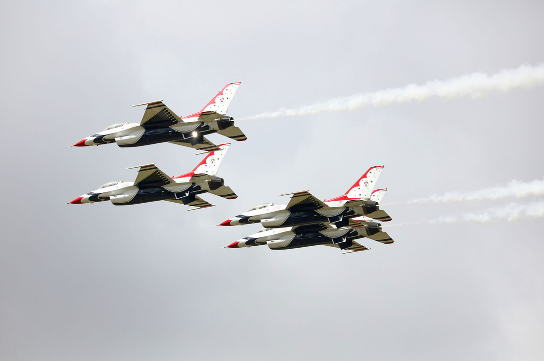 USAF Thunderbirds F-16 aerobatics formation flying